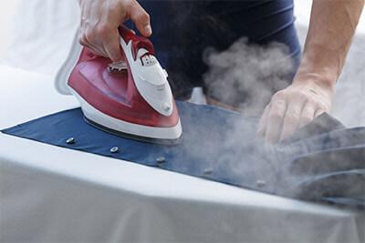 Wie lassen sich Hemden und Blusen am einfachsten bügeln?